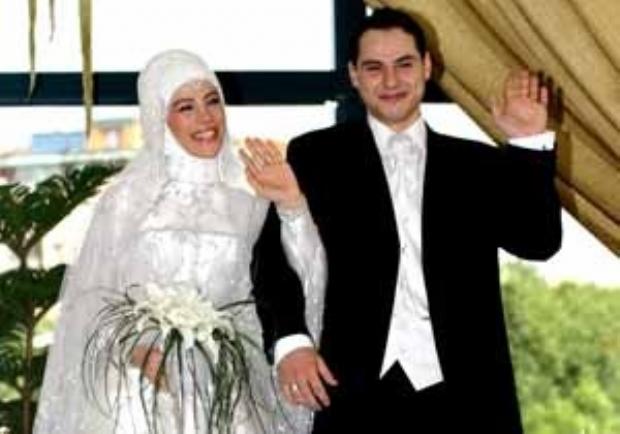 Esra Erdogan marries Berat Albayrak, soon-to-be CEO of Calik Holdings, in July 2004.