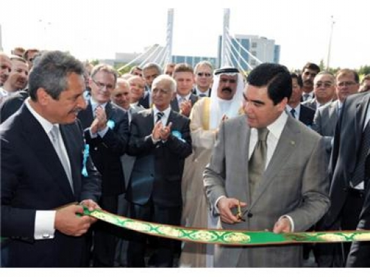 Calik at a ribbon cutting ceremony with Niyazov (Turkmenbashi).