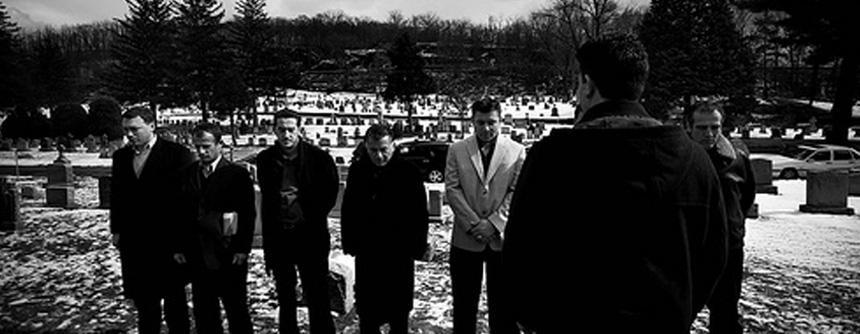 Ljudi odaju poštu braći Bitići na groblju Sejnt Meri u Jonkersu, u državi Njujork (fotografija: Nikol Tung)