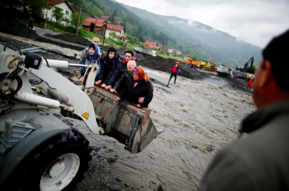 Bosnians evacuating flooded homes in Topcic Polje, near Zepce on May 16, 2014. (Photo credit: Dado Ruvic/Reuters)