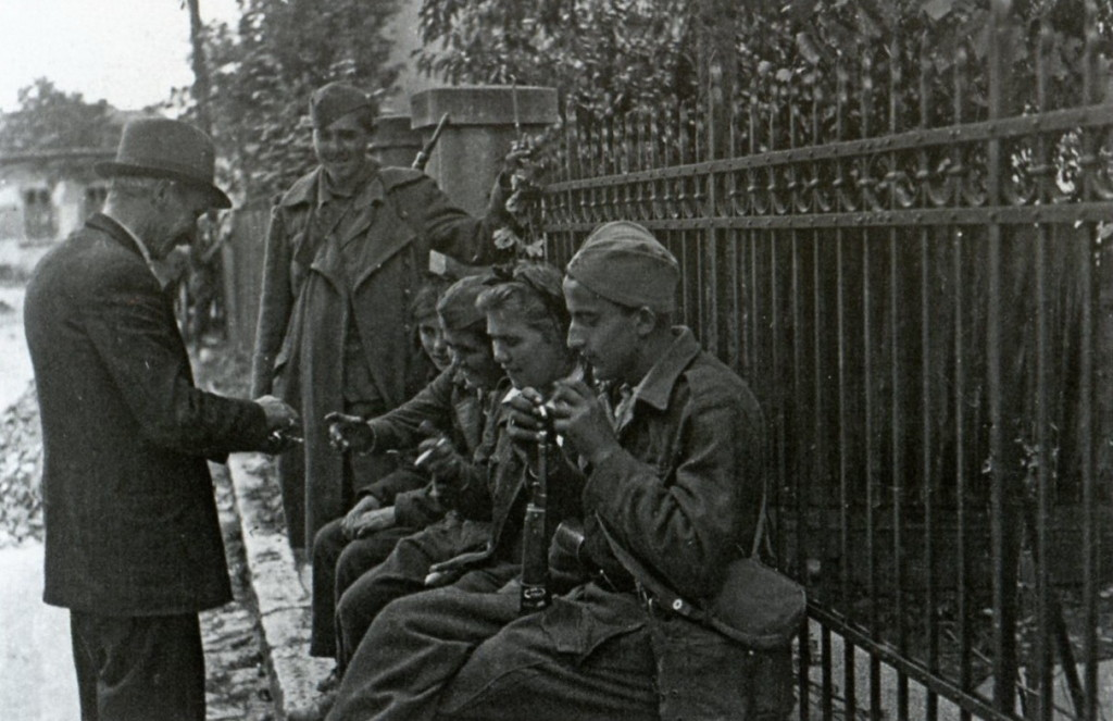 A Belgrade resident offers a cigarette to Yugoslav Partisans in the days following the liberation.