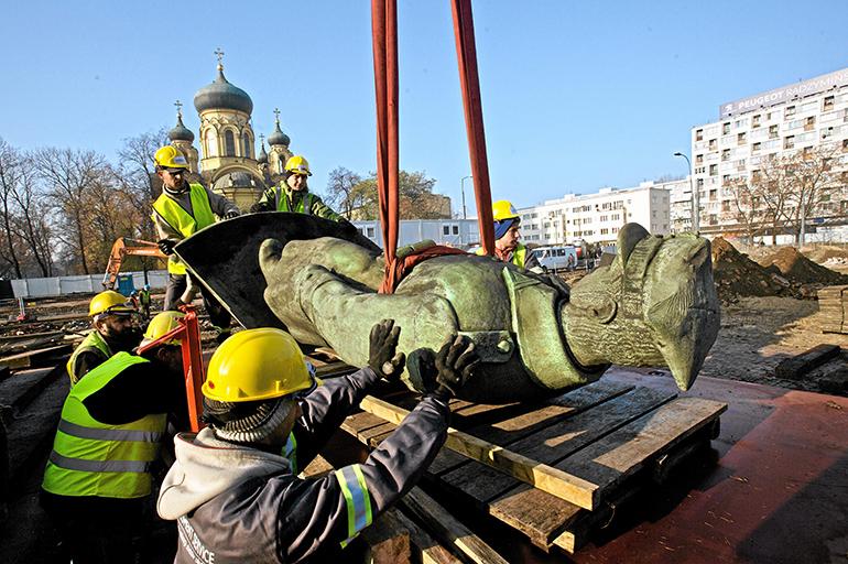 Dismantling of the monument (Photo credit: Robert Kowalewski / Agencja Gazeta)